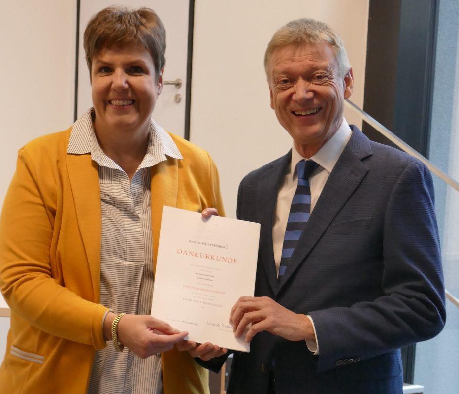 Schulleiter Joachim Schneider erhält die Urkunde zum 50. Dienstjubiläum