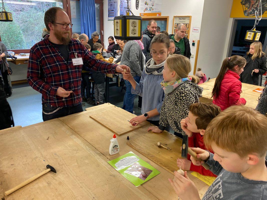 Gemeinsam mit dem engagierten Lehrer Tobias Buth durften die zukünftigen Fünftklässler im Technikraum ihr handwerkliches Können unter Beweis stellen.
